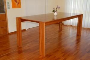 Esszimmertisch aus Kirschbaum Massivholz, Füße und Tischplatte auf Gehrung miteinander verbunden.