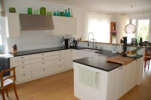 Einbauküche mit lackierten Fronten, Türen als optische Rahmentür mit Füllung. Der Freistehende Bereich ist von beiden Seiten zugänglich.