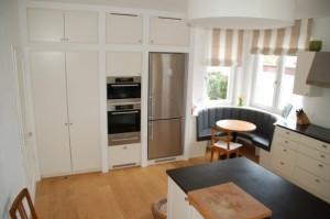 Die Hochschränke sind mit 10cm starken Wänden getrennt. Zwischen den beiden Küchenbereichen wurde eine Runde 'Eckbank' eingebaut.