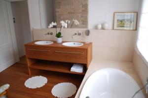Waschtisch mit 2 Einbaubecken und 2 Schubkästen aus Teak Massivholz, Oberfläche geölt. Der darüberliegende Spiegelschrank wurde in der Wand integriert.