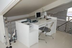 Schreibtisch, weiß Hochglanz lackiert. Auszüge und Türen mit 'Push to Open' - Technik.