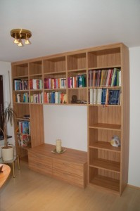 Büroeinrichtung mit offenem Bücherregal, Ausführung in Olive Dekor.