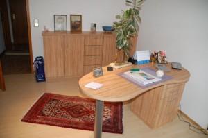 Schreibtisch in Nierenform und einem Sideboard. Ausführung in Olive Dekor.