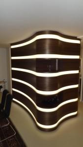 Die Amöbe - Funktional lautet die Devise! Wer meint auf einen Blick alles erfassen zu können, der täuscht sich, denn es steckt so viel mehr dahinter: Der anmutige Raumteiler zwischen Küche, Essen & Wohnbereich - Die Vorsatzschale mit den Taschen für Glasschiebetüren - Die Staufläche verborgen hinter gebogenen Schwingtüren auf 3 Ebenen - Die Präsentationsfläche für besondere Stücke auf zwei Ebenen mit dem jeweiligen Einbauspot. Das optische Highlight sind die LED Lichtbänder, die das Ganze ins richtige Licht setzten.
